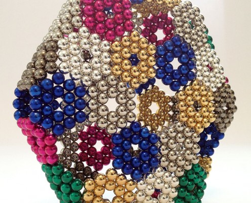 כדור ענק של מגנטים צבעוניים - משחקי מגנטים